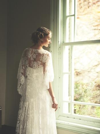風に揺れるラインも美しいラインのケープドレス。 フレンチレースとシルクサテンを贅沢に使用しており、アイボリーカラーでヴィンテージの風合いに。