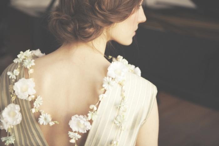 大胆に開いた背中にハンドクラフトのお花を纏ってたユニークな一着。 お色直しや屋外でのパーティにも◎