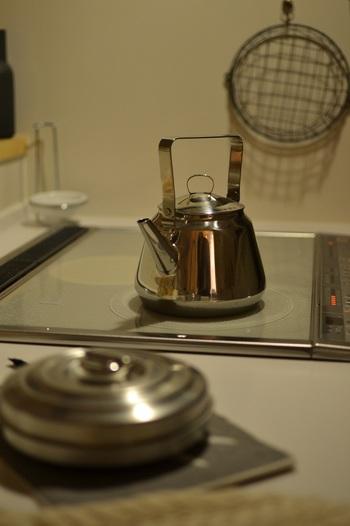アーユルヴェーダ式では、白湯はやかんや鉄瓶、鍋などで沸かし、「火・水・風」のエネルギーバランスをととのえていきます。  1.換気扇を回しながら水を入れたやかんを火にかけます(強火)。 2.沸騰をしたら蓋を開け、泡がブクブクたっているくらいの火加減にし、10〜15分ほど沸かし続けます。 3.火を止めマグカップに注ぎ、飲める熱さになったらすするように飲みます。