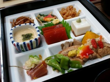 東京からもお参りしやすい高尾山。こちら大本山の薬王院でも精進料理をいただけます。一見お刺身に見えるもの、鶏肉に見えるものも工夫を凝らして調理された「もどき料理」です。素材に思いを巡らせながらじっくり味わいたい精進料理です。