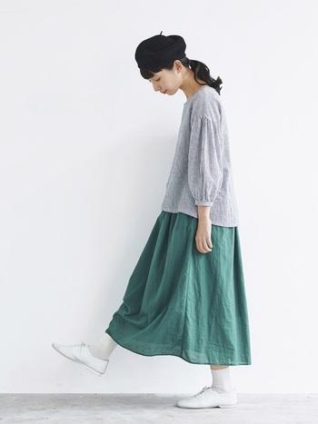 もうひとつ深みのあるフォレストグリーンも素敵です。豊かな緑や自然をイメージさせてくれるグリーンのスカートは、ふんわりお袖のプルオーバーやレースアップシューズと合わせてナチュラルに着こなして。