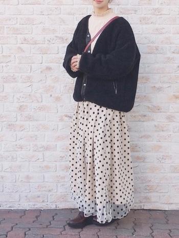 フレアたっぷりのマキシ丈のドットチュールスカートが目を引く大人可愛いスタイル。アウターはボア素材でもボトムから徐々に薄手のものを取り入れていくと春夏気分がアップ!