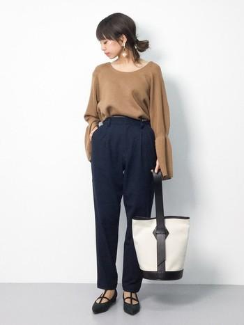パンツの素材がキレイめのタック入りテーパードパンツは、とろみシャツやブラウスとよく合います。 ウエストインでメリハリを持たせ、バッグやシューズはトレンドものを投入。