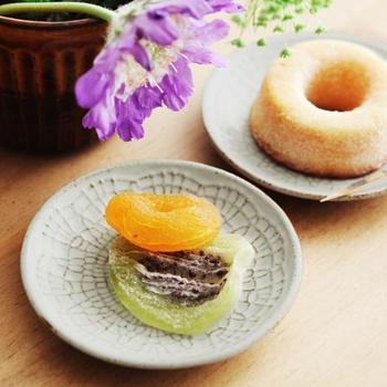 伝統的な和の豆皿に浮かぶのは、繊細なレース模様。レースペーパーがモチーフになっており、ちょっと懐かしくて温かい気持ちになれるプレートです。