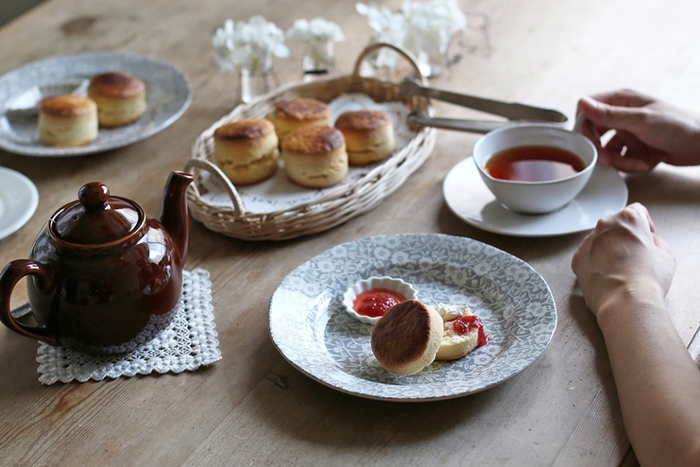 イギリスで160年の歴史を持つBurleigh(バーレイ)社の代表的なシリーズCalico(キャリコ)。愛らしい小花をシックにまとめたこちらのプレートは、老舗ならではの品の良さと優雅さを兼ね備え、昼下がりのティータイムをエレガントに演出します。