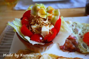 クランペットに、じゃこと豆腐のサラダを添えたプレート。クランペットはシンプルな味なので、和風のサラダやお惣菜などもよく合います。