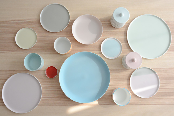 まるで外国の器のようですが、実はこちらは有田焼。和食器と洋食器のいいところが穏やかに溶け合った、使い勝手もデザイン性にも優れた新感覚のテーブルウェアです。