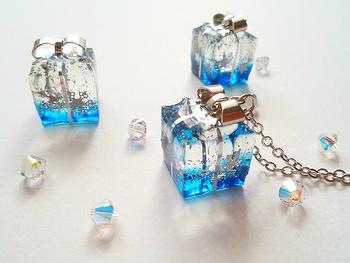 寒い冬空モチーフのネックレスは、プレゼントボックスに閉じ込めることでどこか暖かみのある雰囲気に。