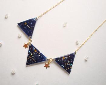 冬は夜空がキレイに見えて幻想的です。そんな冬の大三角形をモチーフにしたペンダントはつけているだけで幸せ気分になりそう。