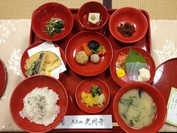 鎌倉のお寺光明寺さんの精進料理。静かな境内で色彩豊かな御膳をいただけます。おまんじゅうや水菓子なども合わせ、バラエティ豊かなお品を堪能できます。