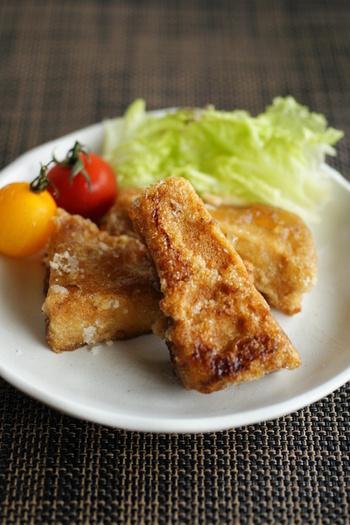 高野豆腐は精進料理でおなじみの具材です。高野山で作られていたから、あるいは「凍り豆腐」が転じて高野豆腐となったも。凍み豆腐とも呼ばれますね。その響き通り、豆腐を凍らせた後乾燥させて作られる食材で、煮物などによく使われていますね。 こちらは唐揚げにすることでお肉のような食感を実現しています。お子さんにも喜ばれる一品ですね。