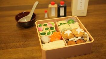 京都では、精進料理を手がける料亭がお寺とともに発展してきた歴史的背景があります。湯葉やお麩、お漬物など精進料理でもおなじみの食材が美味しい京都土産としてずっと人気なのも頷けますね。こちらは京都・大慈院に店を構える老舗「泉仙(いづせん)」の精進料理の鍋セット。豆乳仕立てのだし汁をはじめ、湯葉巻きや蓮根団子、お麩など目にも鮮やかな具材がセットになっています。まずは名店の味を気軽に楽しめるお取り寄せセットで精進料理を味わってみるのもいいですね。