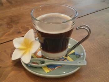 ベトナムコーヒーとは、ベトナムの伝統的な淹れ方で淹れた、コーヒーのこと。深めに煎った豆を、フランス式のフィルター機器を使って抽出し、たっぷりの練乳を入れて飲むのが一般的です。甘くて濃厚な味わいがあるのが特徴的!