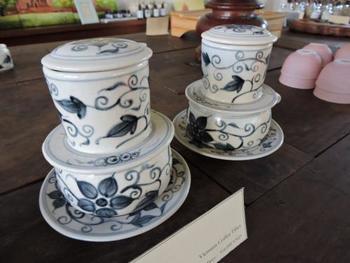 カップとセットになった陶器製のものもあります。