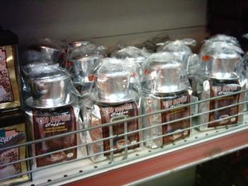 ベトナムのスーパーではコーヒーとセットでフィルターも売られているんですよ。