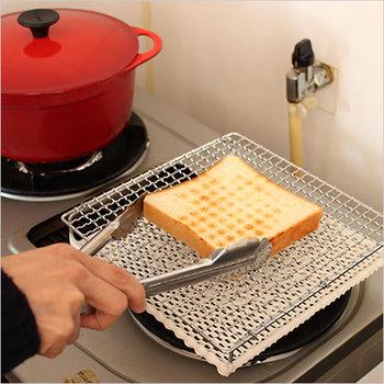 セラミック製の焼き網のメリットは遠赤外線効果。水分逃さずをふっくらもっちり焼きあがったトーストは一度食べたらヤミツキに!