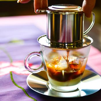 中蓋をするときは、ぎゅーっとコーヒー粉をしっかり押さえることが大切。そうしないとお湯を注いだときに、中蓋が浮き上がってきてしまいます。