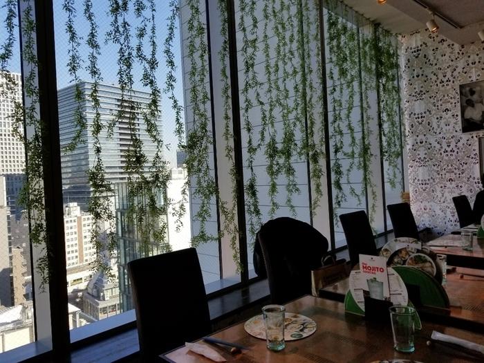 おいしいベトナム料理が人気の「ヴェトナム・アリス」。銀座・マロニエゲートの11階にあり、店内からの眺めも◎