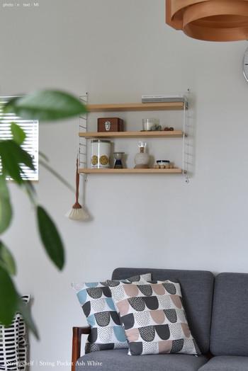 壁面シェルフなどの壁面収納も見せる収納として活用できます。ポイントは、余白を意識して、たくさん置き過ぎないこと。