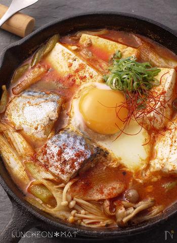 既に調理済みであるサバ缶を使うとっても簡単!きのこやねぎなどお好みの野菜をたっぷりいれて食べたい1品です。最後に卵を落とせば辛味もマイルドになりますね。