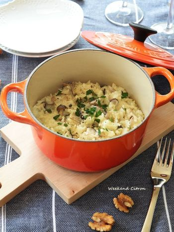 お好みのきのこを入れて繊維もたっぷり取れる嬉しいリゾット。特別な材料は不要で、身近な食材で作れるのも嬉しいレシピです。ル・クルーゼのようなおしゃれなお鍋でつくれば簡単レシピも華やかな見た目に仕上がります。