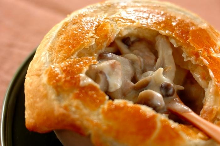 見た目もほっこり♪食べる時もぱりぱりとした食感も楽しめるポットパイも市販の冷凍シートを使えばお手軽にできちゃいます。きのこたっぷりのあつあつとろとろシチューは寒い日にぴったりの1品です。