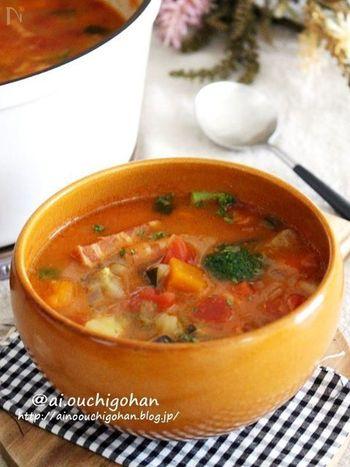 野菜をたっぷり摂れるミネストローネはお家にある材料で作りやすく、調理時間も30分ほどなので忙しい日のランチにもぴったり。レシピどおりでなくても冷蔵庫に余っているお野菜を入れても美味しく仕上がるので、お料理が苦手な方も作りやすいはず♪