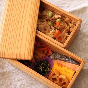 1945年創業の「松野屋」。現在は自然素材を中心とした生活道具を扱っています。こちら「宮崎杉 二段 弁当箱」は、日本一杉の生産量を誇る宮崎県の杉の木から職人の手により丁寧に作られた見た目も美しい宮崎杉のお弁当箱。