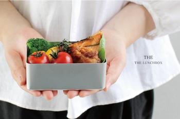 good design companyの水野学氏と、中川政七商店の中川淳氏が中心になり立ち上げたブランド「THE」。「THE LUNCHBOX」は、刻印が入る前の1円玉の原型を作っているアルミ総合メーカー「アカオアルミアルミニウム」のアルマイトのお弁当箱です。