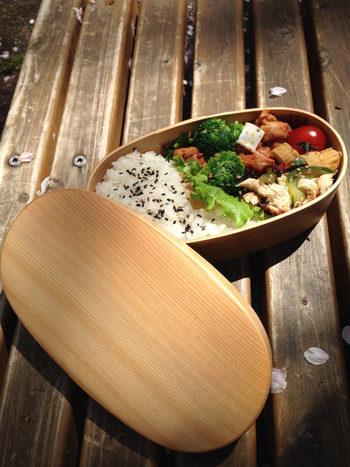 秋田の曲げわっぱを代表する会社の一つである1874年創業の「栗久」。長期間使用できるように、外側だけウレタン塗装が施され、内側は白木のままなので、粗熱と余分な湿気を取り、秋田杉の香りがする美味しいご飯が食べられることが特徴です。