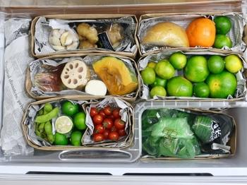 野菜室は種類事に分けてエリアを区切り保存すると出し入れがスムーズにできて便利です。こんな風に紙袋と新聞紙を使って、おしゃれに収納するのも素敵ですよね。