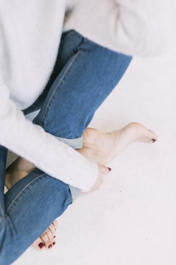 これから薄着になる季節に向けて気になる部分が多くなりますが、とくに「かかと」は乾燥がひどくなるとひび割れの原因になるので、早めにケアしてあげることが大切です。顔や手の肌と同じように、日々のスキンケアできちんとお手入れをすることで、黒ずみの予防にもなります。まずは「ひじ・ひざ・かかと」の乾燥対策から見ていきましょう。