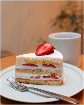 シンプルながらも美しいショートケーキは、季節限定品。人気のチーズケーキは通年でいただけます。