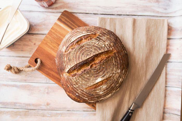 """天然酵母は、果物や穀物に付着している酵母に、小麦粉や水などを加えて培養を繰り返して""""パン種""""、""""発酵種""""が作られます。天然酵母には、酵母の他に乳酸菌なども含まれているので、イースト(パン酵母)のパン以上に、独特の風味や香りさわやかな酸味、もちもちとした食感があります。"""