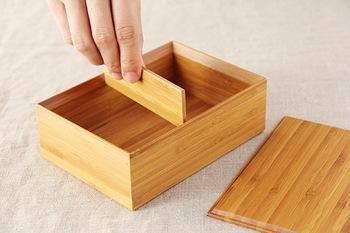 燻した竹の板を無数に積み重ねて作る「積層材」という連続した竹の模様が美しく、本体と蓋のそれぞれの凹凸はぴたりとはまるので使い勝手も◎。 パッキンのないシンプルな箱型は、サンドイッチやいなり寿司などがきれいに収まり、中身を美しく演出してくれるので行楽用にも良さそう。