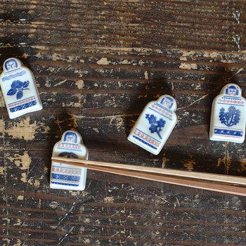 日本の伝統技法に、新しいデザインを加えるデザインユニット「katakata」の箸置き。こけしに梅や笹などの和風柄なのに、柔らかな白ベースの焼きものと青や赤の模様が、どこか北欧チックな雰囲気を醸し出します。ハンドメイドで1点ずつ作られているため、一つとして同じ表情がないのも魅力。デザインされた植物と四季を合わせて、使い分けてみるのもステキです。