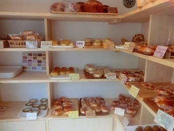 ナチュラルで明るい店内に、パンがたくさん並びます。人気のパン屋さんで、お店の外に行列が出来ていることも多いそうです。
