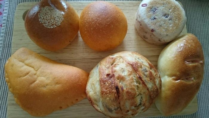 丸みのあるやさしい形のパンがずらり。ふんわりやわらかなコーンパン、もちもちパンの中に焼きそばがぎっしりつまった焼きそばパン、どのパンもふんわりもっちりの優しい味わいです。