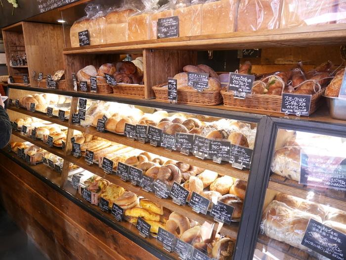 お洒落な店内には、たくさんの種類のパンがずらりと並んでいます。どれにしようか迷いながら選ぶ楽しみもありますね。