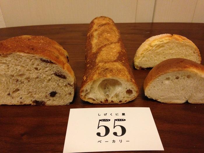 美味しそうなパンの断面図。バゲットのもっちり感、ふんわりキメの細かな生地の感じが伝わります。