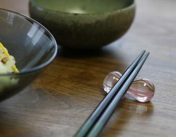 ハンドメイドで一点ずつ丁寧に作られた、ガラス製の箸置き。棒状のガラスをいくつも重ねて出てくる縞模様は、日本古来の着物に使われている柄をモチーフにしています。色の違う太い線と細い線がガラスの中で混ざり合い、角度によって表情が違うのも魅力です。カラーバリエーションも豊富なので、家族で色を変えて使うのもおすすめです。