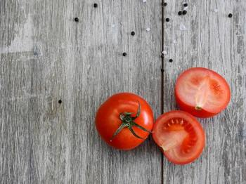 ちょっと意外に思うかもしれませんが、トマトも冷凍保存に向いている野菜のひとつです。 トマトのヘタは取り除いたら、カットせずにそのまま冷凍庫に入れてもいいですし、使いやすい大きさにカットしても◎。いずれの場合も保存袋に入れるのを忘れないでくださいね。