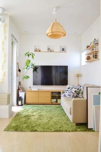 テレビはやっぱり壁掛けタイプがすっきり見えます。お部屋に家電を置くときに一番気になるのは、コード類。家電もコードが見えない、またはコードレスタイプを選ぶようにしていくと、掃除も楽だし、なによりすっきり美しくまとまりますよ。