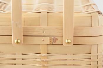 丸形より角形の方が編むのが難しいと言われている竹製品。きれいに幅を整えられ、職人の手により丁寧に組まれ、規則正しく打ち込まれた真鍮の金具など、デザイン性や完成度も高く、色味も使い込むと飴色に変化していき、ますます愛着がわきそう。