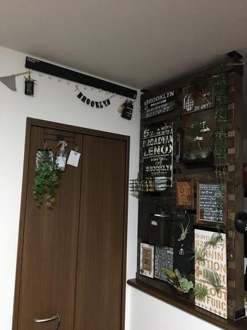 こちらはカウンター上の空いたスペースにルーバーの壁を設けて目隠したアイディア。キッチンなど来客にみられたくないところを飾りながら目隠しできるのが嬉しいですね。
