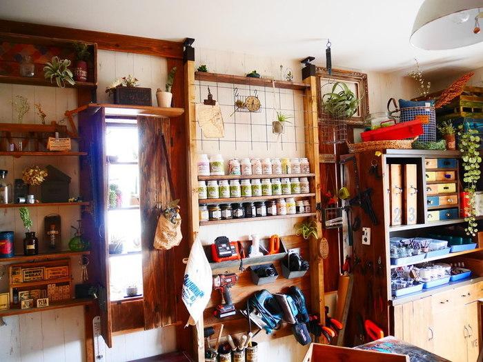 ラブリコで作られた壁面収納の数々。様々な大きさ・形状の工具たちも壁板に固定することでインダストリアルな「見せる収納」として活躍しています。