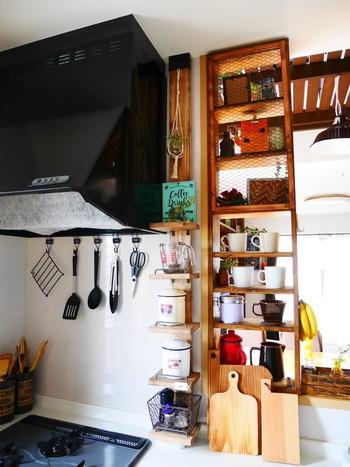 ラブリコを一本だけ使ったミニ収納もナイスアイデアです。ちょっとした隙間スペースを活かして、キャニスターや雑貨を飾りながら使いやすくレイアウトできそうです。