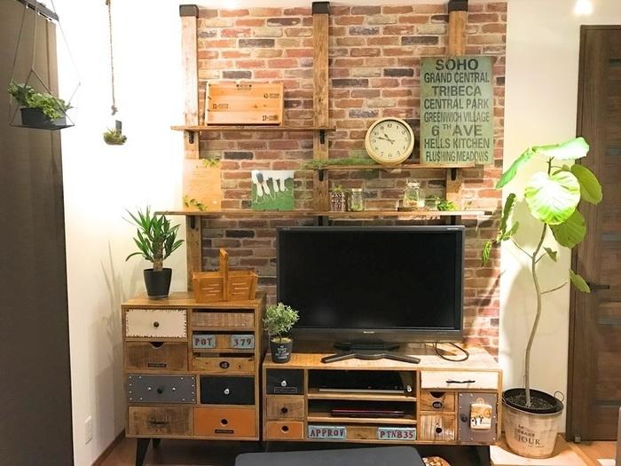 レンガ風の壁紙に、ヴィンテージカラーの木材がいい感じの風合いを醸し出した壁面収納。段違いの棚板がリズミカルな印象を与えてくれますね。