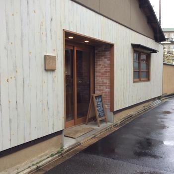 京福電鉄北野白梅町駅から徒歩15分、北野天満宮などがあるエリアにあるノットカフェ。「ノット」は英語で書くと「KNOT」で、「結ぶ」という意味。人と人とを結ぶ、地域を結ぶという意味でつけられた店名だそうです。