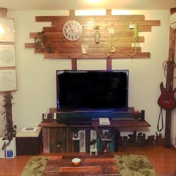 互い違いの木ルーバー(横板)がグラフィカルなテレビ台。大型のテレビを設置するのにテレビボードを購入しようと思っても、ぴったりのサイズがなかったり、圧迫感が気になることがありますが、壁掛けタイプならそんな心配も無用。好きな位置に設置できるのも嬉しいですね。